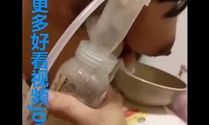 哺乳期老婆拉着我让我学习挤奶,端着奶瓶和大碗盛着滴下来的乳液,手好累啊但却乐在其中  -亚洲免费网站观看视频
